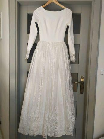 Śmietankowa suknia ślubna boho romantyczna prosta rozkloszowana kwiaty