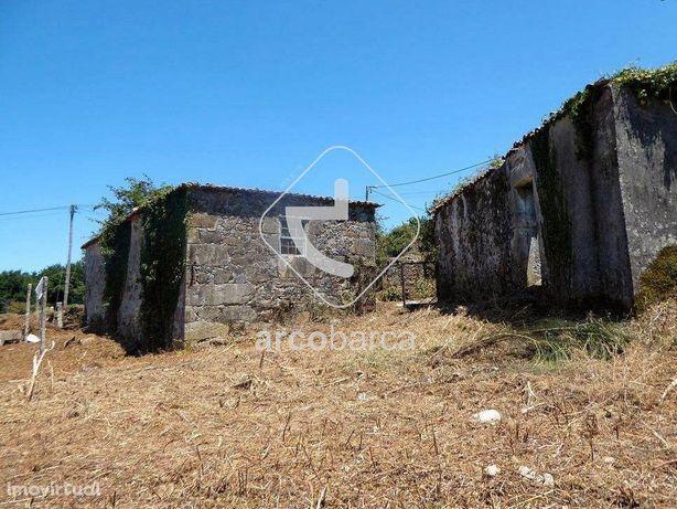 Quintinha com dois edificados, para restauro, com 7000m2 de terreno -