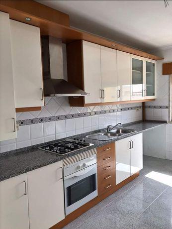 Cozinha completa em bom estado de conservação