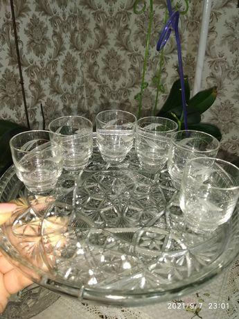 Набір скляних стопок на підставці