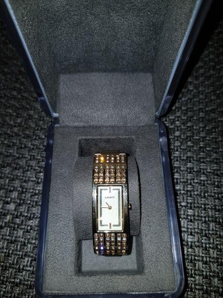 Часы марки DKNY