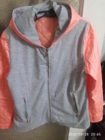 Kurtki bluza w ślicznym brzoskwiniowo szarym kolorze z kapturem