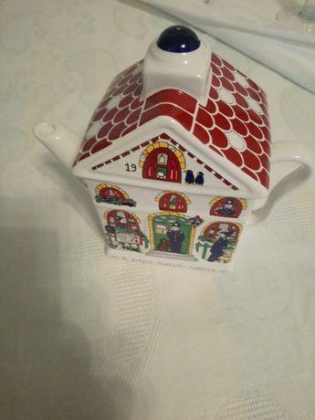 Bule de porcelana em forma de casa