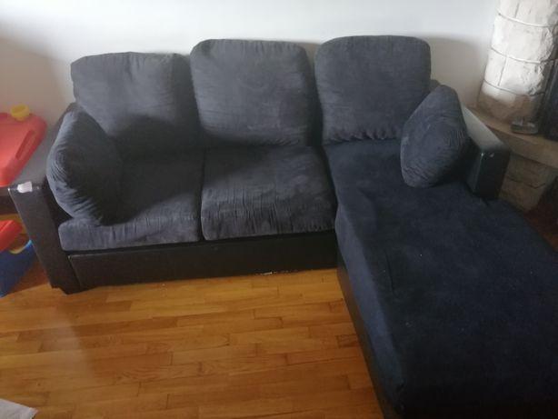 Sofá preto  usado com marcas de uso