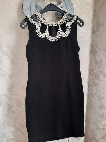Черное платье с белым жемчугом