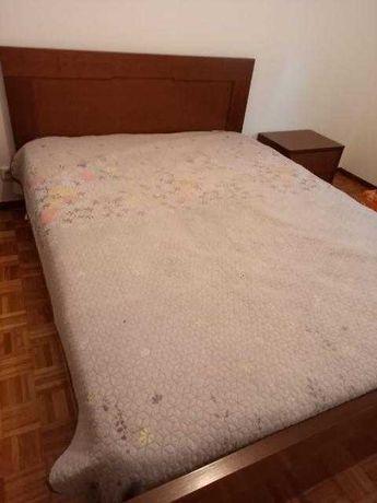 Cama com estrado, colchão e mesinhas de cabeceira