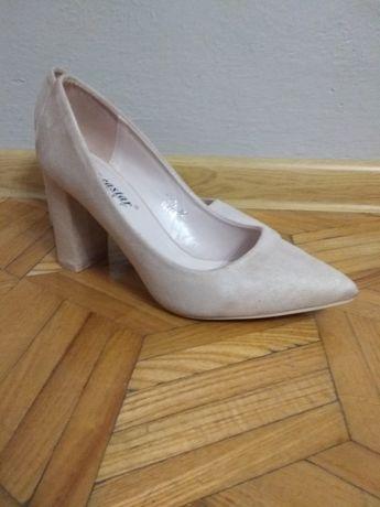 Buty damskie (czółenka) na obcasie roz.39