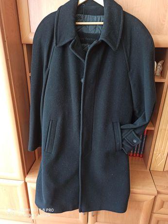 Czarny elegancki płaszcz męski