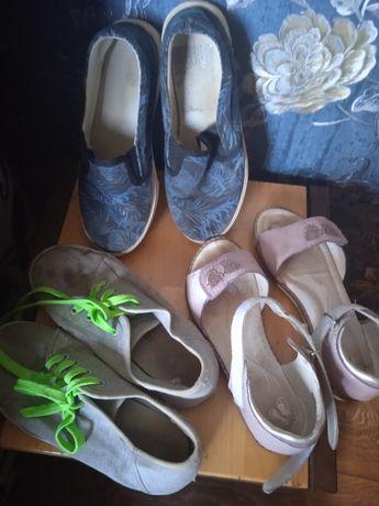 Дитяче взуття у гарному стані.