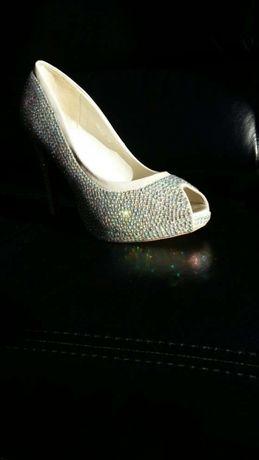 Piękne buty pokryte kryształowymi cyrkoniami