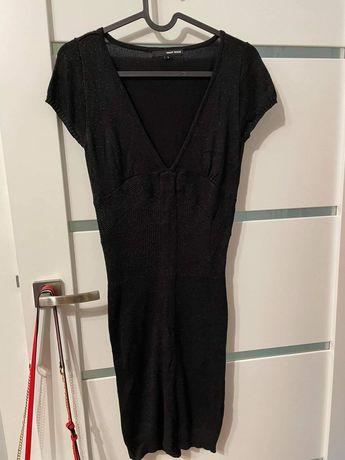 Czarna błyszcząca sukienka z dekoltem Tally Weijl
