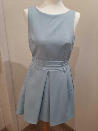 Błękitna sukienka koktajlowa z kieszeniami