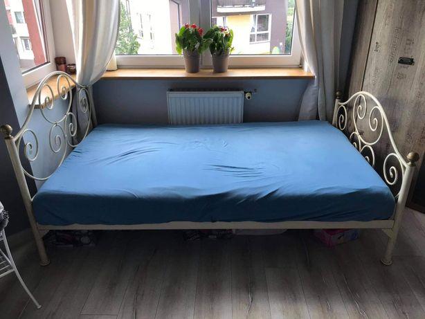 Łóżko z drewnianymi ożebrowaniem w ramie
