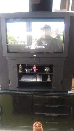 Vendo televisão grande com móvel