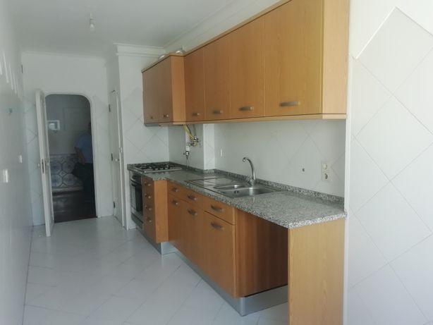 Costa da Caparica /sto António T2 c/ 2 wc, alguma mobília e equipament
