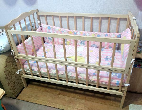Детская кроватка-маятник (качалка) с матрасом, балдахином и бортиками