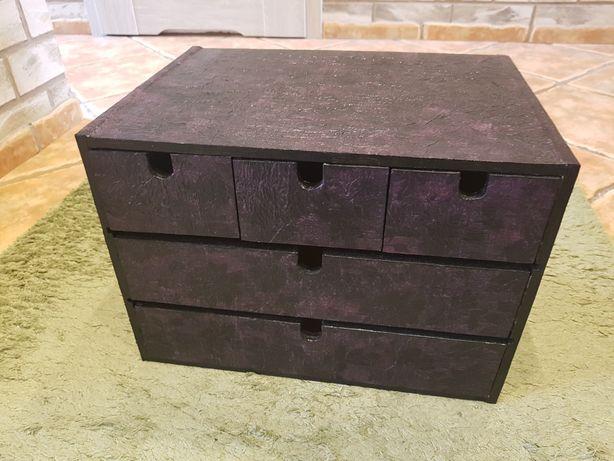 Porządne drewniane szufladki w zabudowie z drewna lakieru i decoupage