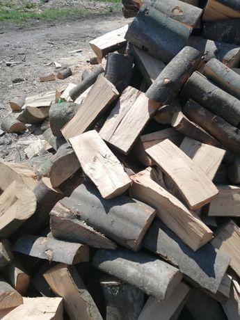 Drewno sezonowane gotowe do palenia w sezonie zimowym buk
