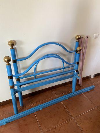 Cama de solteiro em ferro