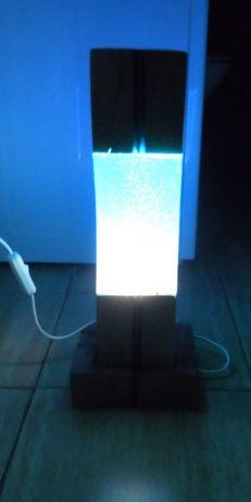 Lampka z drewna i żywicy epoksydowej