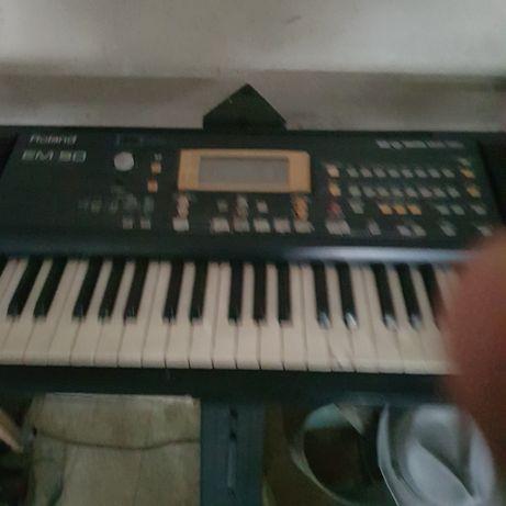 Órgão eléctrico com banco