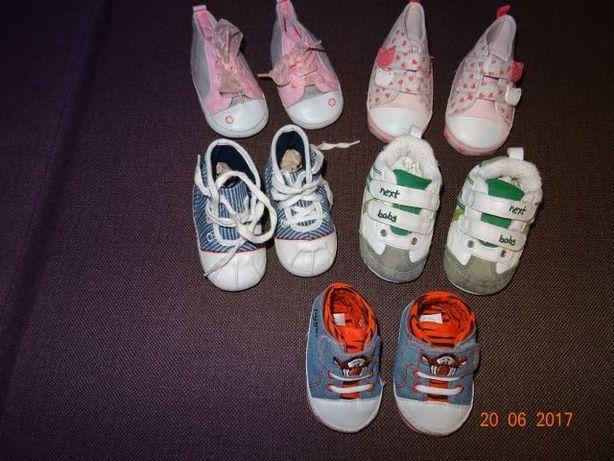 Buciki niemowlęce dla dziewczynki.