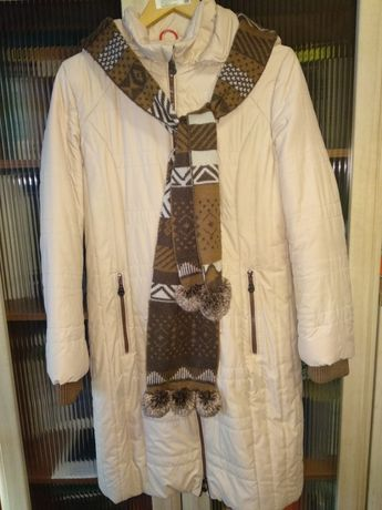 Пальто демисезонное бежевое с капюшоном женское.
