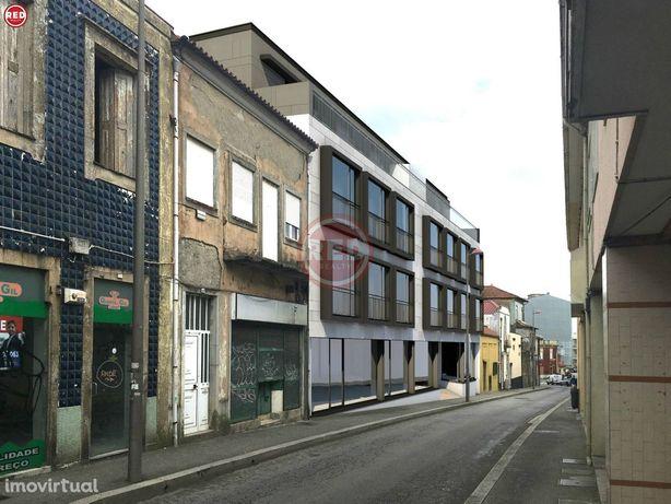 """Loja no """"Edifício Barão"""" em Coimbrões"""