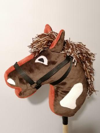 Hobby horse z ogłowiem osadzony na kiju.