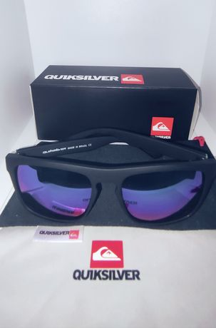 Óculos de sol na caixa com bolsa e pano de limpeza