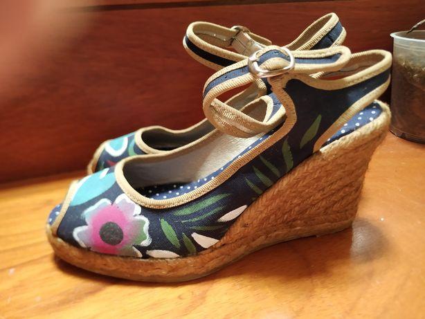 Sandálias azuis de lona pintadas