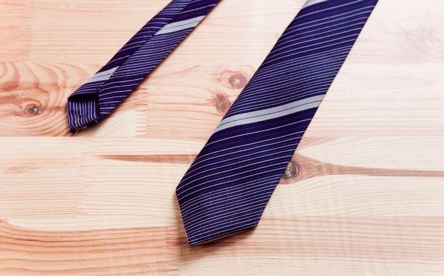 Krawat granatowo niebieski poliester w paski 7cm szeroki