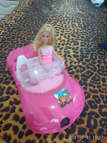 Барбі на машині рожевій