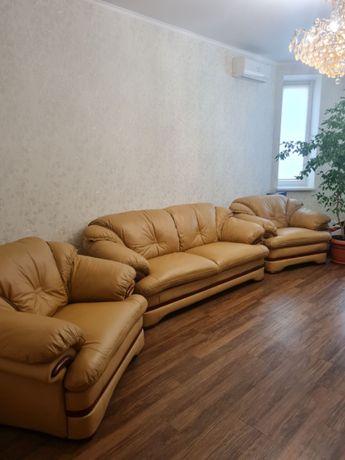 Продам кожаный мягкий уголок - диван раскладной и два кресла новый