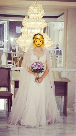 Ніжна весільна сукня.