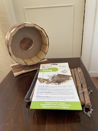 Roda de exercício e baloiço em madeira