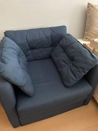 Sofá cama azul em bom estado