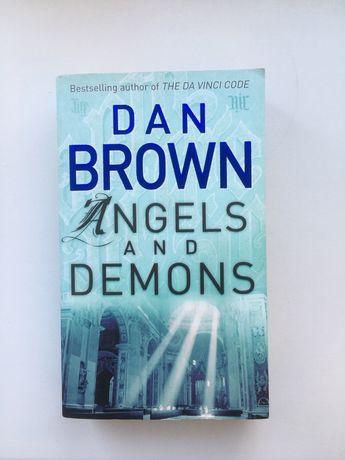 Книга Дена Брауна «Ангелы и Демоны» на английском.