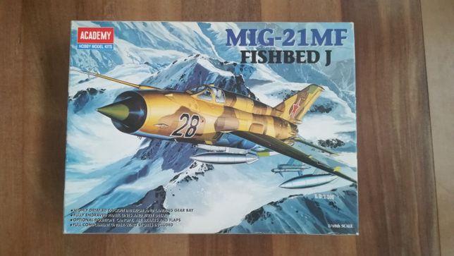 Kit de modelismo - 1/48 Mig-21 MF Fishbed J - Academy