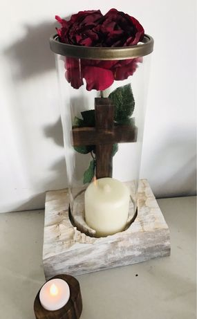 stroik drewniany krzyż kompozycja z kwiatem i lampkami na cmentarz