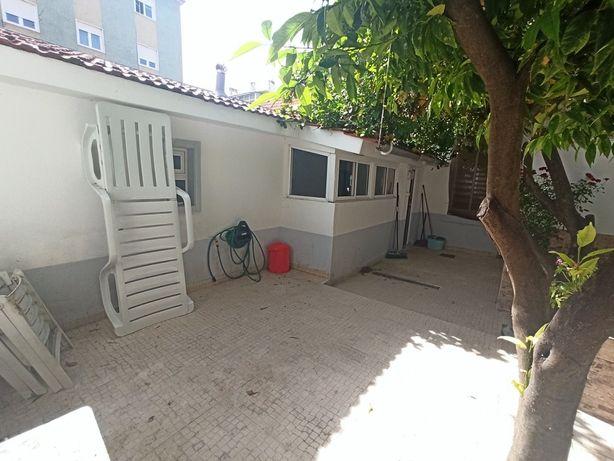 Moradia T2 c/ quintal no centro de Moscavide numa Vila Privada