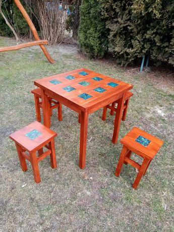 Stół drewniany z taboretami. ŻYWICA