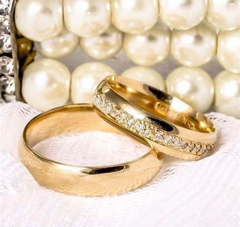 Lśniąca Para Złotych Obrączek Ślubnych