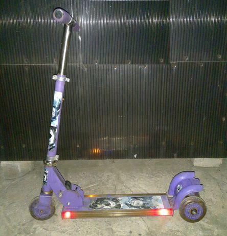 Самокат металлический трехколесный с подсветкой платформы