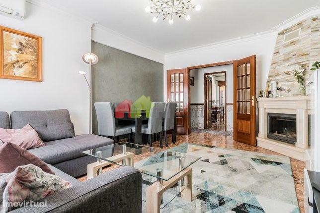 Apartamento T2 Semi-Remodelado | 2º Andar | Duas Varandas | Arrecadaçã
