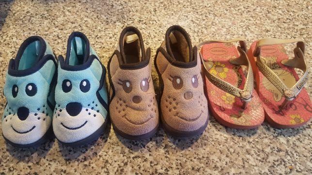 Pantufas, havaianas, sapatilhas de criança