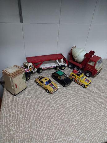 Brinquedos antigos em chapa e plástico
