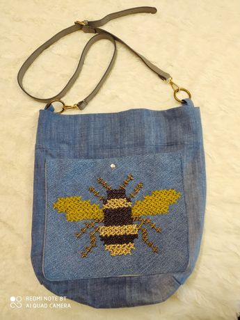 Torba dzinsowa z wyszywaną pszczołą.