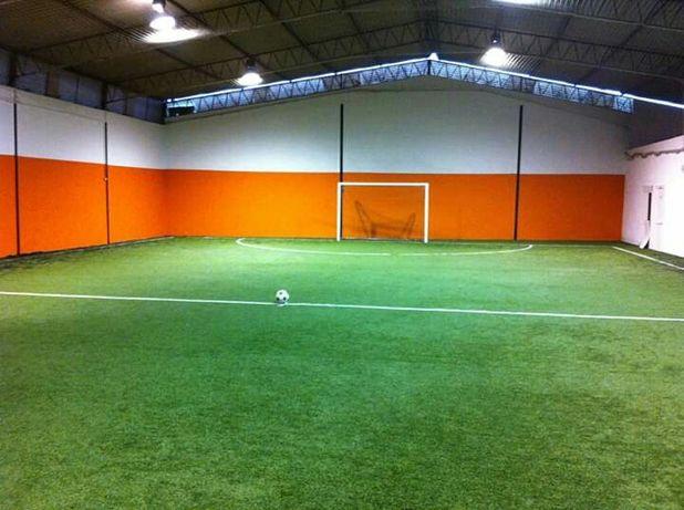 Aluga-se Pavilhão de Futsal c/piso de relva