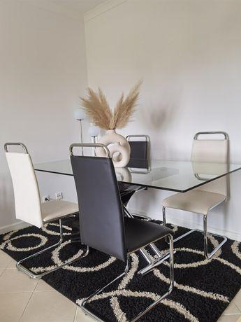 Mesa jantar com 4 cadeiras e um tapete